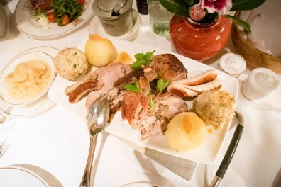 Spatenhaus, brasserie Munich: Le plateau bavarois, qui comprend saucisses, porc rôti, porc de lait, canard, choucroute, et bien plus