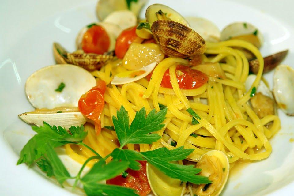 Anthony Bourdain Naples - Spaghetti al Frutti di Mare - photo by designermikele under CC0