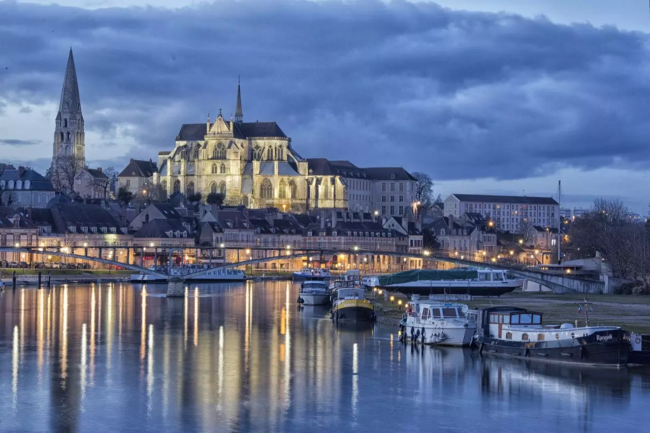 Auxerre Port in Burgundy - photo by Wendy Corniquet under Pixabay License