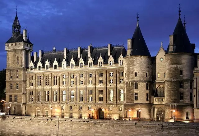 historical sites in Paris - La Conciergerie - photo by Hugues Mitton (hugovoyages) at fr.wikipedia under CC-BY-SA-2.5