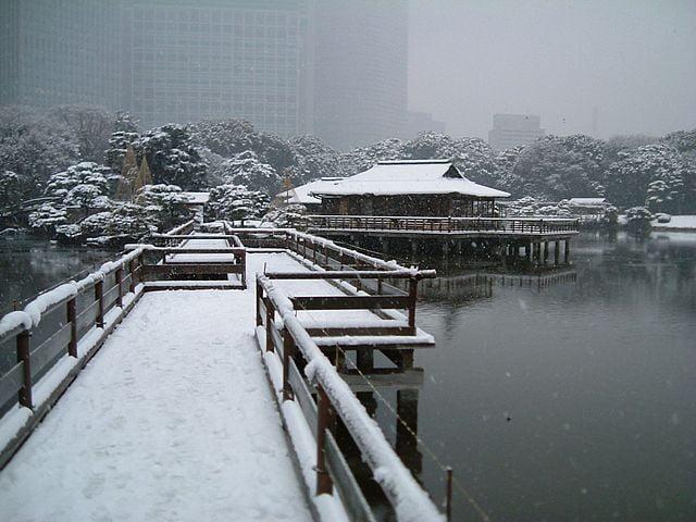 Hama-rikyū Gardens in Chūō, Tokyo in winter - photo by Tak1701d under CC-BY-SA-3.0