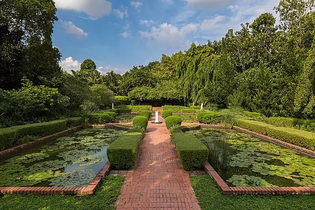 free things to do in Singapore - Sundial Garden at Singapore Botanic Gardens - photo by Basile Morin under CC-BY-SA-4.0