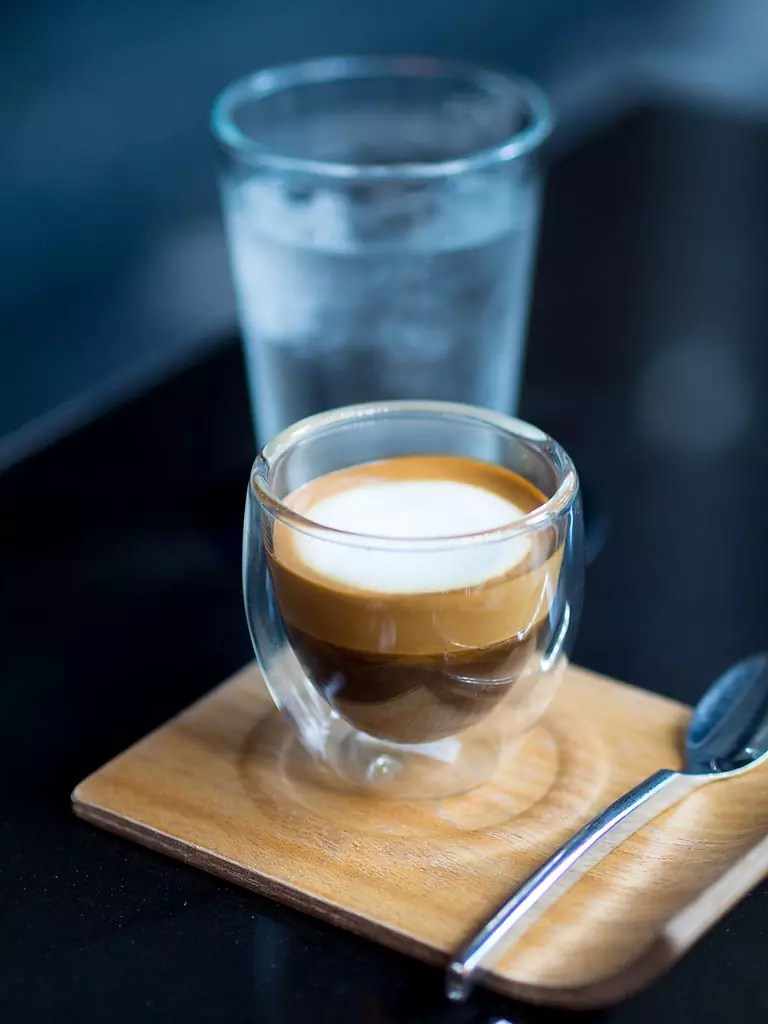 The Layover London - A caffé macchiato with a glass of water - photo by Takeaway under CC-BY-SA-4.0