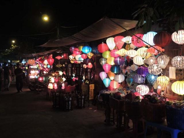 Luminárias coloridas à noite em Hoi An