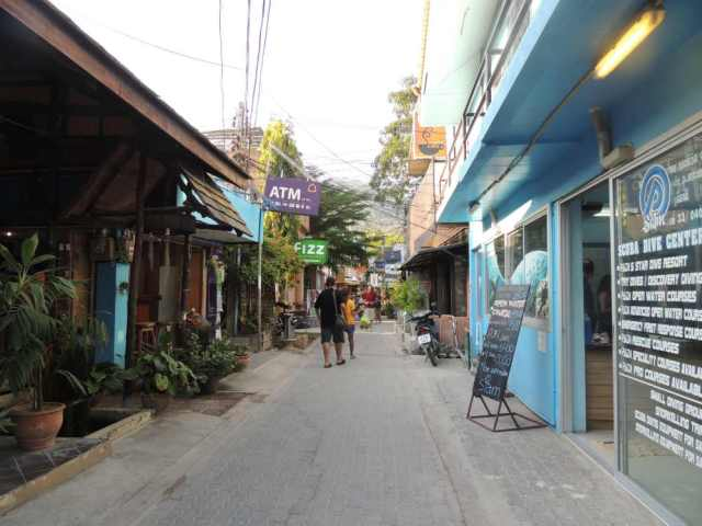 Rua do centrinho de Koh Tao