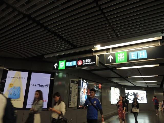 Sinalização das saídas dentro da estação
