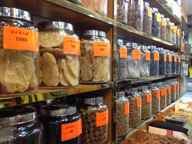 Lojinhas típicas de produtos secos, peixes e frutos do mar especialmente. Pelo que percebemos, eles adoram esses produtos
