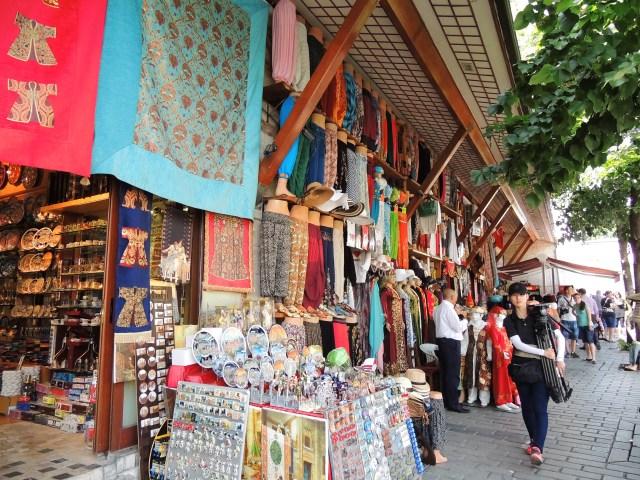 Lojas e mais lojas enfeitam a cidade e oferecem mil opções para os turistas.