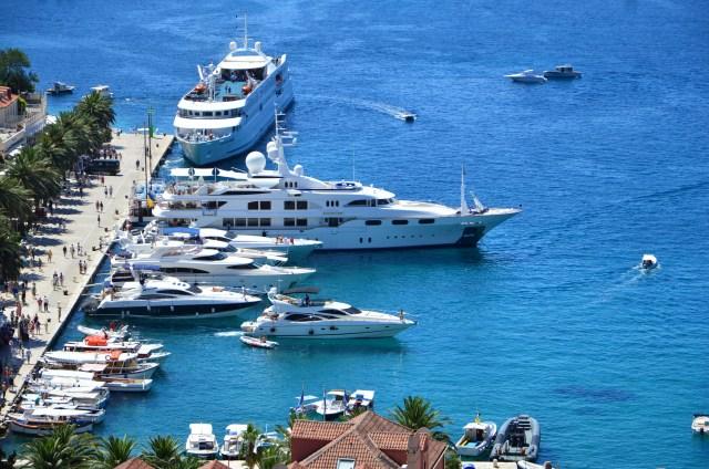 Barcos e barcos na costa de Hvar
