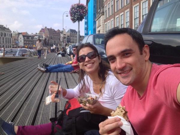 Almoço na beira do canal: camarão comprado no supermercado. :)