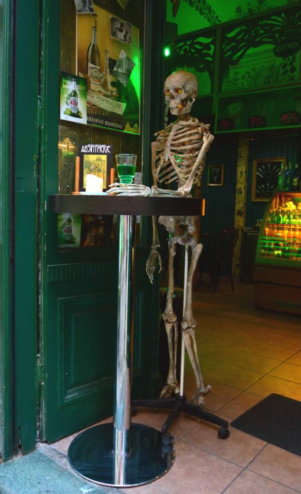Dá uma olhada na recepcionista do bar..