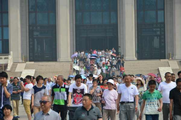Multidão na saída do Mausoléu do Mao Tsé Tung