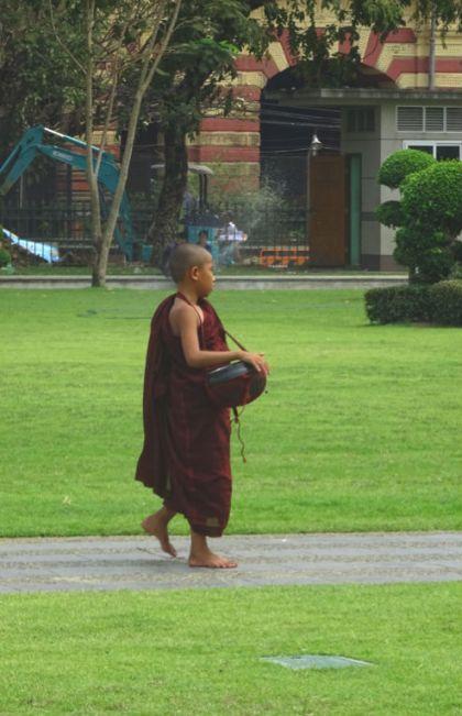 menino monge templo myanmar