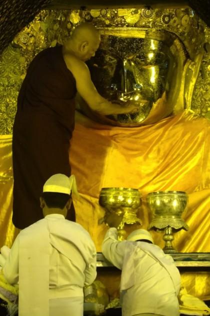 Lavagem cuidadosa do rosto de Buda