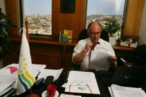 Diputado Ivan Flores en su oficina 1