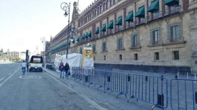 Gobierno de la CDMX cerca Palacio Nacional por coronavirus