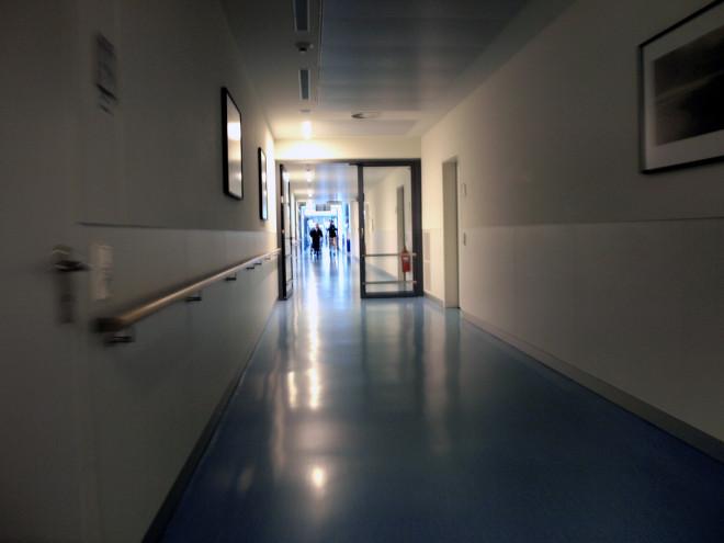Couloir d'hôpital (Crédits : Ralf Heß, licence CC-BY-NC-SA 2.0), via Flickr.