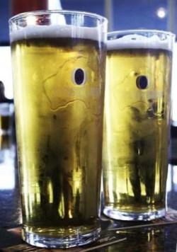 Pintes de bière Fosters (Crédits : Octave.H, licence Creative Commons)
