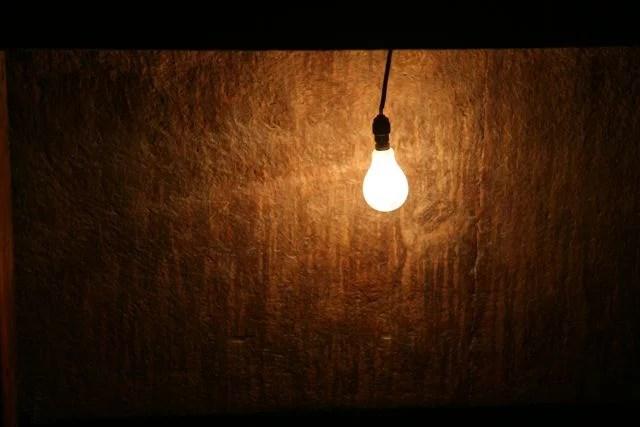 Ampoule électrique (Crédits : Helen Flamme, Creative Commons)