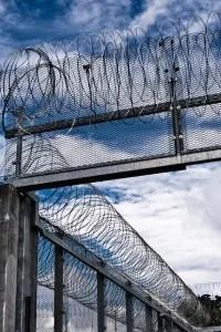 Enceinte de prison (Crédits : x1klima, Creative Commons)