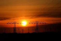 Cables électriques et éoliennes (Crédits baerchen57, licence Creative Commons)