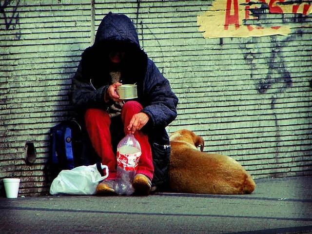 Pauvreté SDF mendicité (Crédits : Luis Felipe Salas, licence CC-BY-NC-ND 2.0)