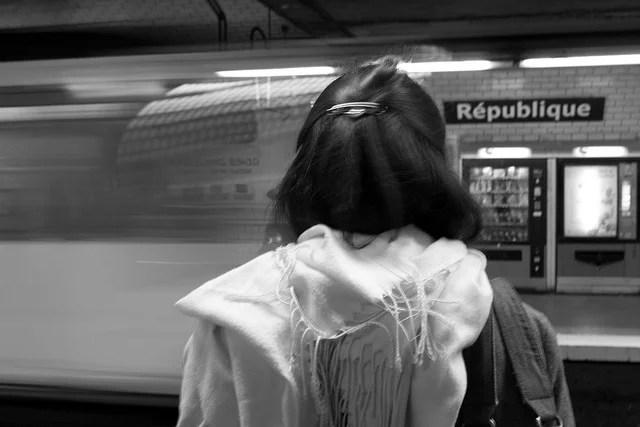 parisienne dans le métro credits simon (licence creative commons)