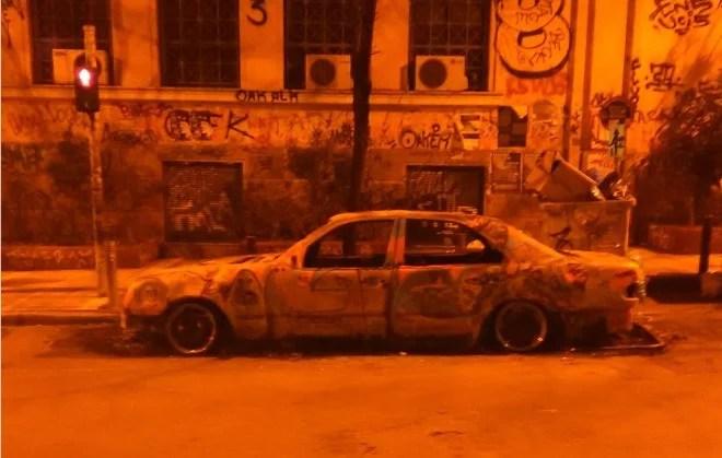 voiture brûlée credits Dimitri Anagnostaras (tous droits réservés)