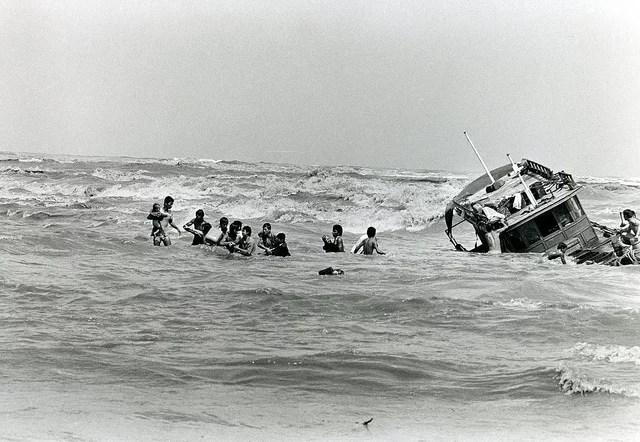 Boatpeople vietnamiens arrivant en Malaisie en 1978 (Crédits UNHCR, licence CC-BY-NC 2.0), via Flickr.