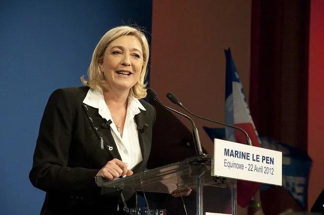 Marine Le Pen à la tribune - Credits Rémi Noyon (CC BY 2.0)