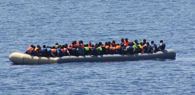 Migrants secourus par un bateau des Irish Defence Forces le 19 juillet 2015 (Crédits : Irish Defence Forces, licence CC-BY 2.0), via Flickr.