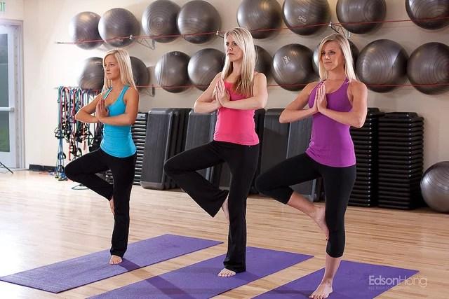 Blonde girls doing yoga poses crédits Edson Hong (CC BY-NC-ND 2.0)