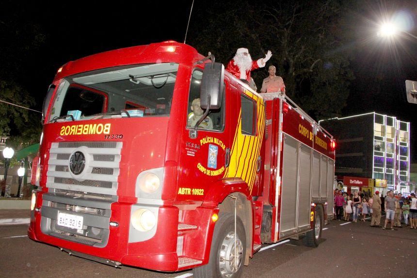 Papai Noel desfila em carro aberto