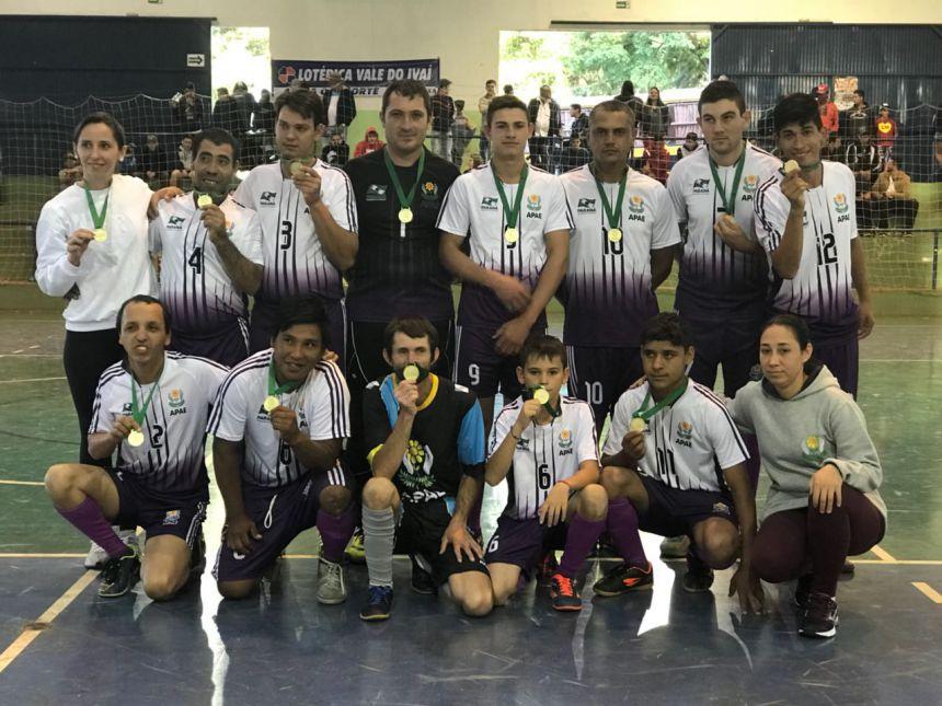 Equipe de futsal campeã da categoria C