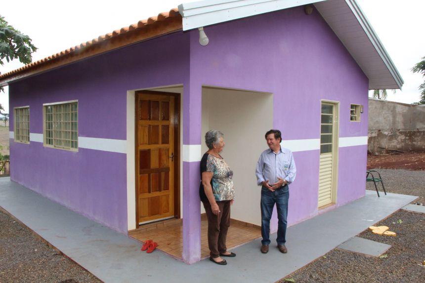 Ana da Conceição Silva mostra casa ao diretor do Departamento Municipal de Agricultura de Ivaiporã, Adir Salla