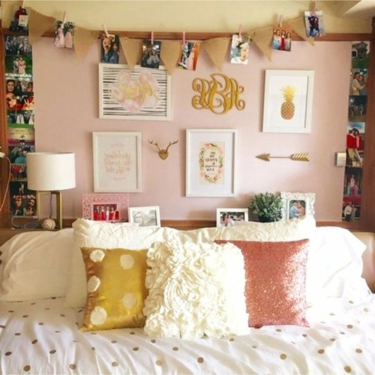 Cozy Gallery Wall Decor Ideas For Bedroom 43
