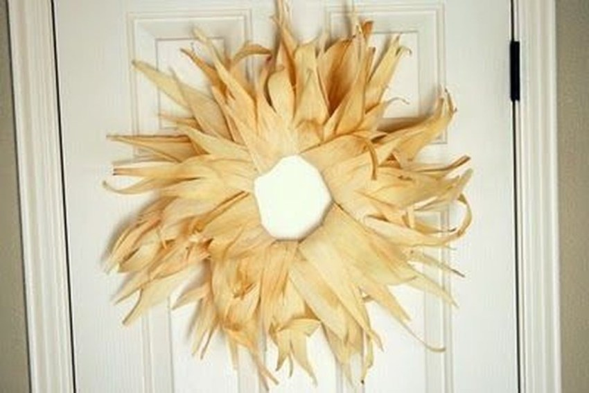 Stylish Fall Wreaths Ideas With Corn And Corn Husk For Door 04