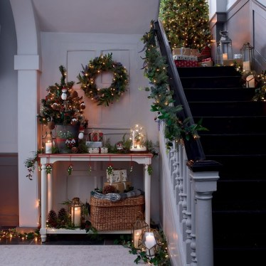 Beautiful Christmas Stairs Decoration Ideas 08