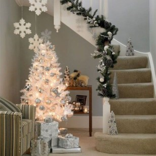 Beautiful Christmas Stairs Decoration Ideas 12