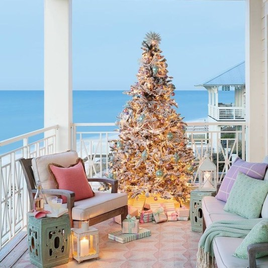 Stunning Balcony Decor Ideas For Christmas 19