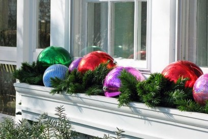 Stunning Balcony Decor Ideas For Christmas 25