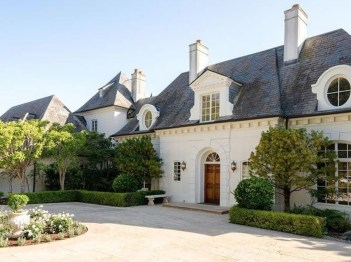 Awesome French Country Exterior Design Ideas For Home 15