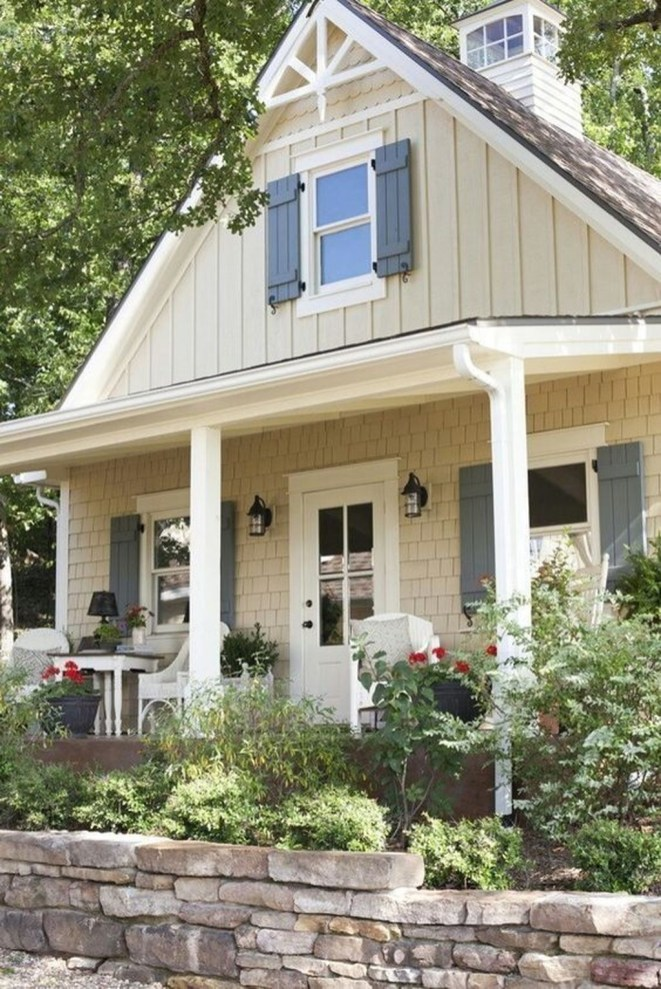 Astonishing Exterior Paint Colors Ideas For House With Brown Roof 44