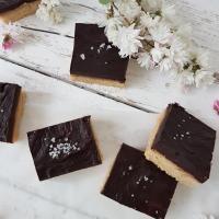 Mandljeve rezine s temno čokolado in slano tahinijevo karamelo