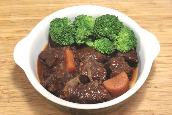 とろける旨さ!牛肉の赤ワイン煮込みのレシピ