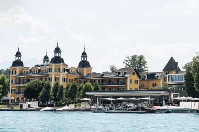 Blick vom See auf Schloss & Restaurant