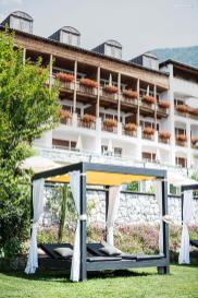 Außenpool & Hotelansicht
