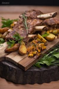Beef Ribs mit Ofenkartoffeln und Kräutern auf Holzbrett, Beef Ribs Sous Vide