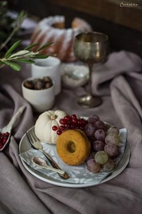 Keramik mit Donut, Kürbis, Weintrauben, Herbstdekoration
