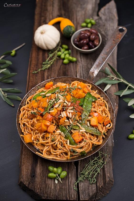 Spaghetti mit Kürbis und veganem Sugo Bolognese, Oliven, Vegane Kürbispasta